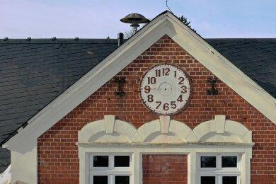 Noch sind die Uhrzeiger an dem alten Kirchschulgebäude abmontiert. Das soll sich aber bald ändern. Nach einer Reparatur soll das Uhrwerk wieder in Betrieb gehen.