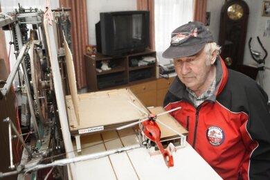 Bernd Hochmuth hat in den kleinen DRF-Helikopter extra einen Motor eingebaut.