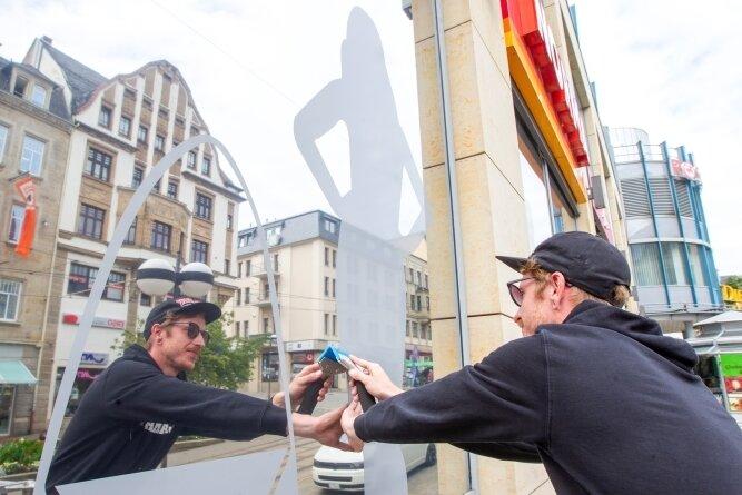 Fenster, in denen sich die Straße spiegelt: Sie gehören zum neuen Werbeauftritt der Kolonnaden. Im Bild Lars Huster von Konstrukta.