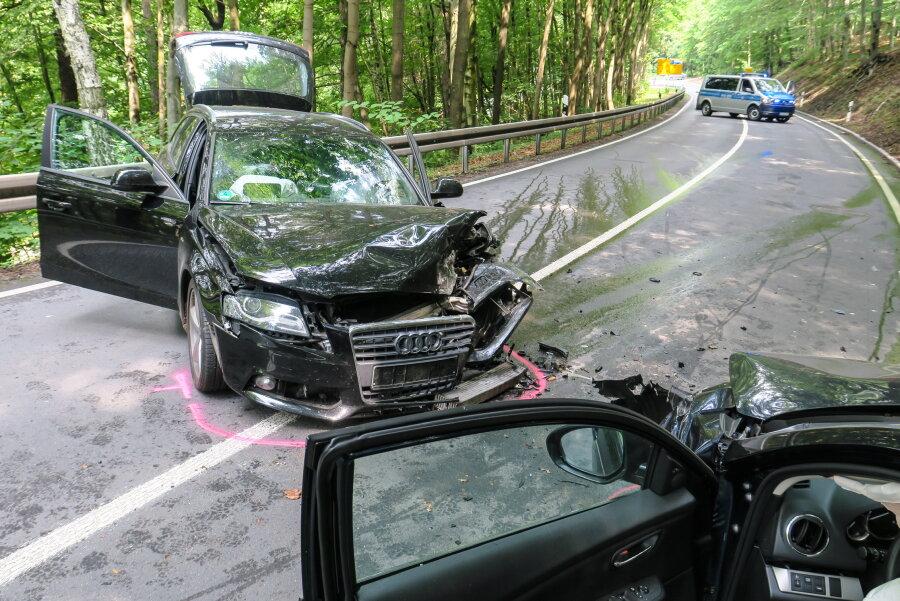 Zusammenstoß auf S222 - Autofahrer schwer verletzt