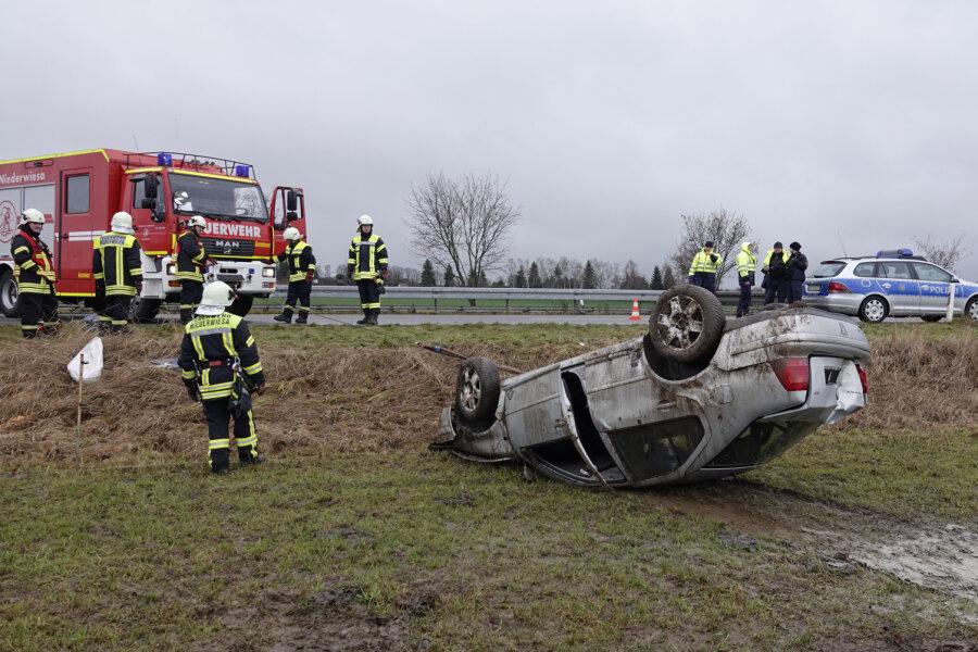 VW überschlägt sich bei Niederwiesa - Fahrer muss ins Krankenhaus