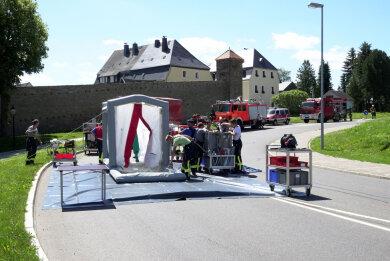 An der Zschopauer Straße am Parkplatz an der Stadthalle wurde ein Zelt zur Dekontamination aufgebaut.