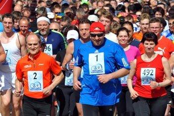 """Rund 1000 Sportbegeisterte beteiligten sich am """"Böfi""""-Marathon. Neben Moderator Thomas Böttcher (Startnummer 1) war auch Olympiasieger Waldemar Cierpinski (Startnummer 2) mit dabei."""