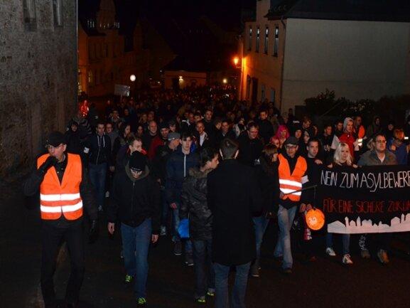 Rund 2000 Menschen haben nach Polizeiangaben am Samstag in Schneeberg an einem weiteren sogenannten Lichtellauf teilgenommen. Sie gingen laut den Organisatoren auf die Straße, um gegen Asylmissbrauch zu demonstrieren.