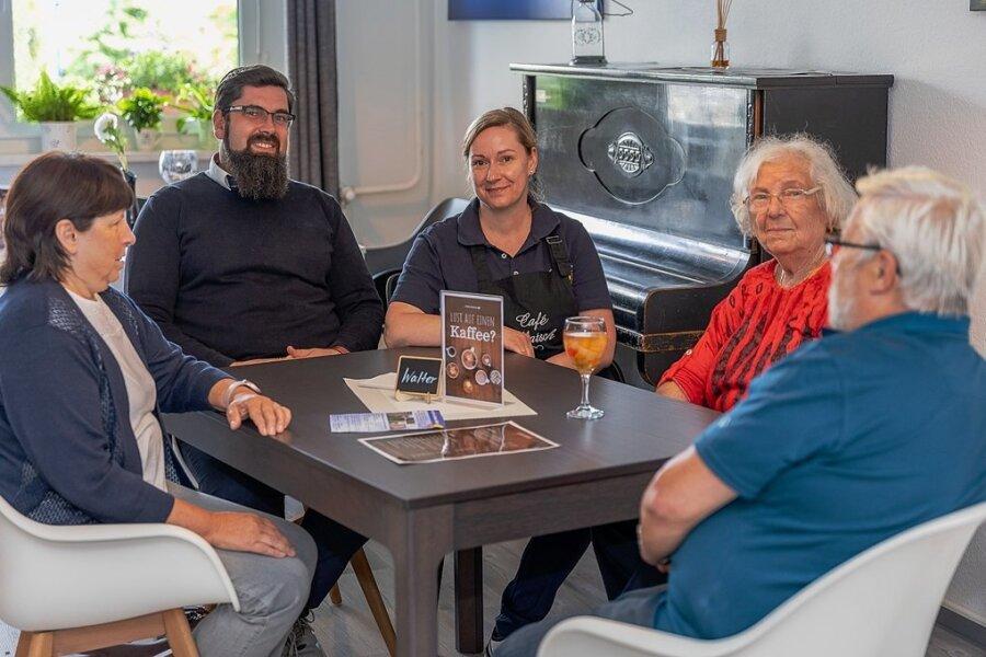 """In der Auerbacher Albert-Schweitzer-Straße 33 nicht nur für die Bewohner des Hochhauses geöffnet: Das neue """"Café Klatsch"""", das dort von Sascha Pfeifer (2. von links) und Christina Pfeifer (Mitte) betrieben wird."""