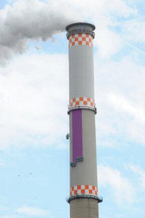 Das erste Segment des Schornsteins am Heizkraftwerk Nord wird seit Donnerstag bemalt.