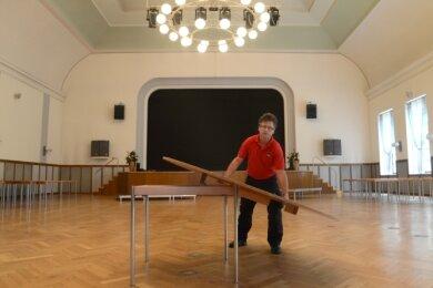 Peter Vogt macht den Ratskellersaal in Rodewisch startklar.