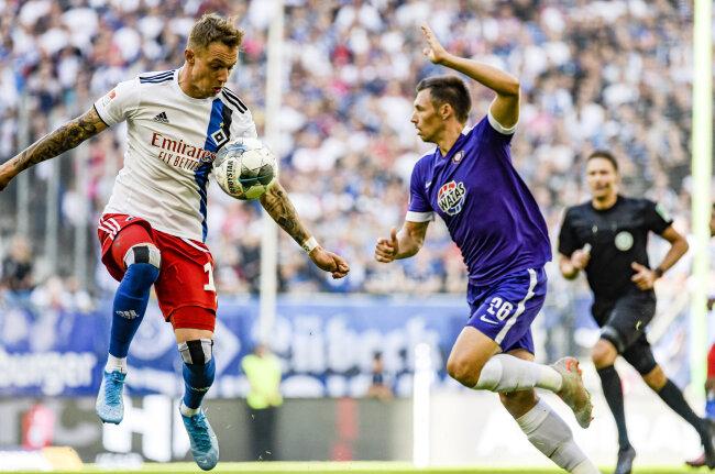 Hamburgs Sonny Kittel (l) nimmt den Ball vor Sören Gonther von Aue an.