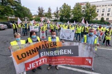 Streik-Kundgebung auf dem Feuerwehrplatz. Zeichnet sich keine Einigung ab, wird Unilever Auerbach nächste Woche weiter bestreikt.Foto: David Rötzschke