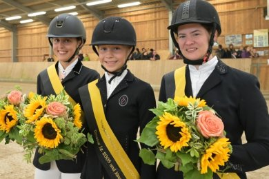 Mila Wieczorek, Lenja Heckel und Madeleine Fischer (von links) sind die Vogtlandmeisterinnen in der Dressur.