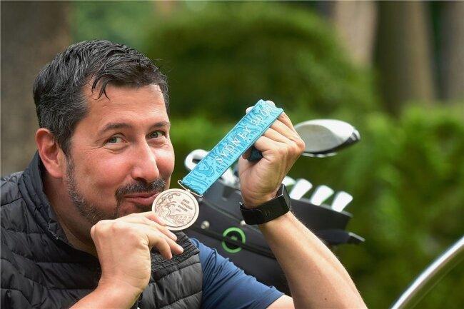 Stev Theloke mit seiner wertvollen Bronzemedaille, die er im September vor 20 Jahren im australischen Sydney gewann.