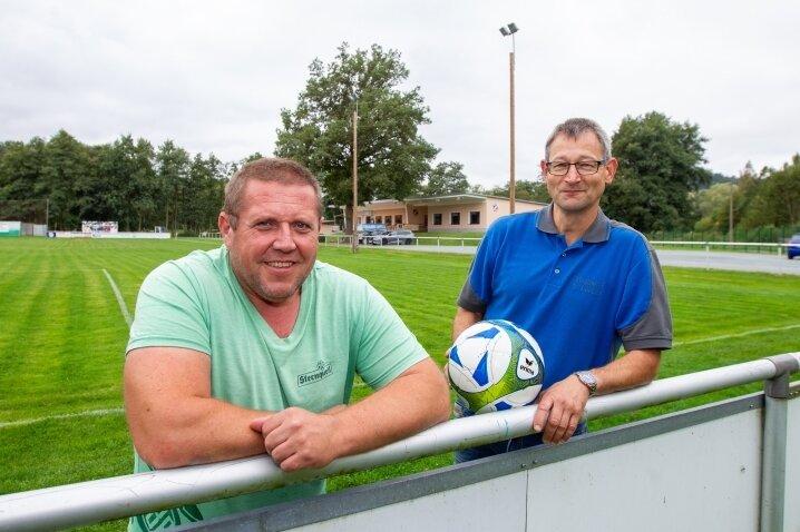 """Jörg """"Dolly"""" Tischendorf (links) und Volker Lorenz - zwei der Mitstreiter im FSV Bau. Die Weiße Elster verwandelte den Sportplatz in einen Teich. Sie sagen aber: """"Man darf die betroffenen Privatpersonen nicht vergessen."""""""
