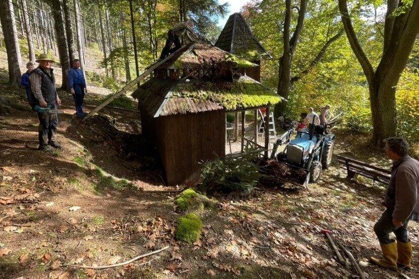 Das Dach der Antonienhütte ist teils bereits verfallen. Beim Arbeitseinsatz wurde hier angepackt.