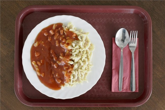 Häufig angeboten, aber wenig gesund: Nudeln mit Wurst und Tomatensoße.