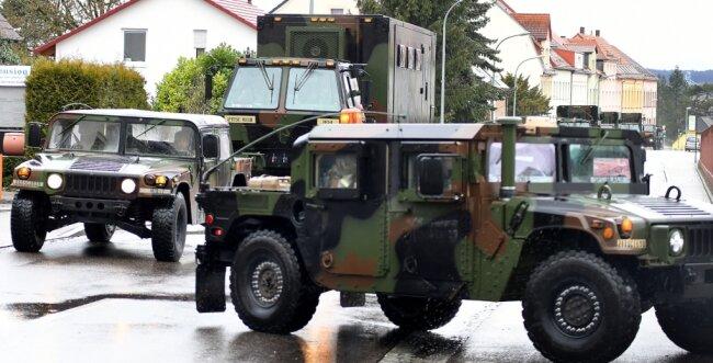 Konsequenzen haben die Coronafälle auch für die Großübung Defender 2020. Fahrzeuge der US-Streitkräfte stoppen auf dem Weg in Richtung Osten in der Wettiner-Kaserne der Bundeswehr in Frankenberg. Hier wurden zwei Infizierte festgestellt, die nun in häuslicher Quarantäne sind.