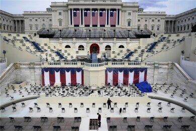 Hier wird der neue US-Präsident Joe Biden am Mittwoch vor dem Kapitol in Washington vereidigt: Ein Polizist durchsucht einen Zuschauerbereich während der Vorbereitungen für die Inaugurationszeremonie des gewählten Präsidenten Biden.