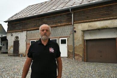 Thomas Riedel ist der Vorsitzende des Vereins Schönburgischer Geschichte und Tradition Nicol List. Die Scheune hinter ihm wird bald abgerissen und durch einen Neubau ersetzt. Das wird der Sitz des Vereins.