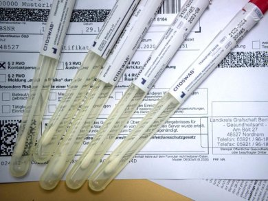 Proben für einen PCR-Test liegen in einem Corona-Testzentrum.