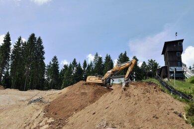 Ein Bagger der VSTR AG Rodewisch bereitet das Fundament für den neuen Trainerturm vor.