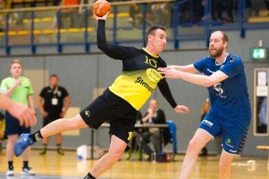 Konrad Grünwald (hier beim Wurf, gestört vom Riesaer Torsten Manig) war gemeinsam mit Felix Bechler der erfolgreichste Torschütze beim TSV Oelsnitz. Beide trafen jeweils achtmal.