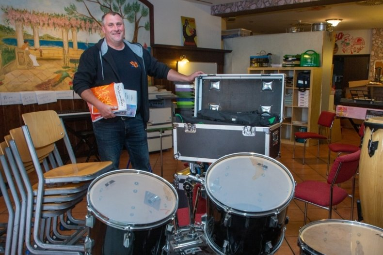 Peter Merker, Vereinschef der Oederaner Blasmusikanten, mit Instrumenten des Ensembles. Ein Probenraum wird händeringend gesucht.