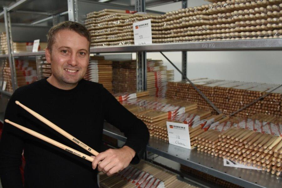 Maik Hellinger, Geschäftsführer des Markneukirchner Familienunternehmens Rohema, im Lagerbereich des neuen Firmenstandorts mit Trommelstöcken. Nächste Woche läuft die Produktion im Gewerbepark an.