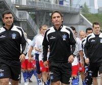 Bruno Labbadia (m.) auf dem Weg zum ersten HSV-Training
