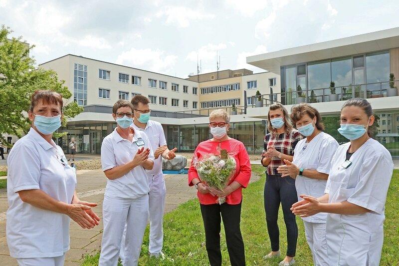 Die auf der Covid-19-Isolierstation des HBK beschäftigten Mitarbeiter sagen Dankeschön an Christine Plate (Mitte) aus Werdau.