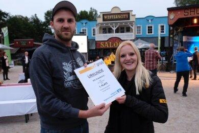 Silja Schumann, Geschäftsstellenleiterin des VFC Plauen, und Marcus Mosch, einer der VFC-Fans aus der Badkurve des Vogtlandstadions, nahmen den Siegerpreis des Wettbewerbs Sterne des Sports entgegen.