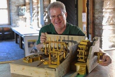 Das fertige Modell kann Vereinschef Rico Freytag schon zeigen: Der Siedlerverein Halsbrücke will in der historischen Erzwäsche ein Pochwerk rekonstruieren. Beim Tag des offenen Denkmals stellt der Verein die Erzwäsche, die zur Welterberegion Montanregion Erzgebirge gehört, vor.