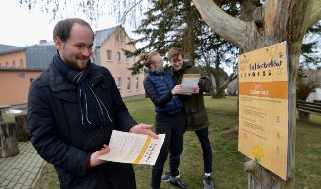 Waren mit dem Lösungsblatt, das auch alle wichtigen Infos zur Entdeckertour 2021 enthält, in Beerheide unterwegs: Oliver Groth, Julie Kausen und Paul Genczler (von links) an Station Nummer 4/Kulturhaus.