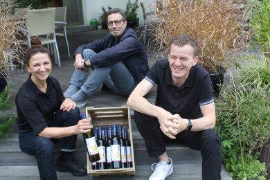 Katrin Dreßler-Nöbel und Marco Nöbel (rechts) feiern 20 Jahre Janssen, Steffen Volmer kreierte dafür ein Weinetikett.