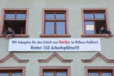 Seit Dienstag wirbt ein Banner am Rathaus von Wilkau-Haßlau für den Erhalt des Haribo-Standortes in der Stadt.