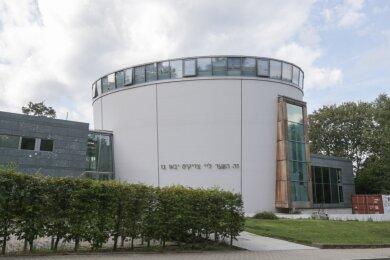 Mit der Neuen Synagoge an der Stollberger Straße steht der Jüdischen Gemeinde seit 2002 wieder ein eigenes Gotteshaus zur Verfügung. Die alte Synagoge auf dem Kaßberg, die 1899 geweiht worden war, wurde in der Reichspogromnacht 1938 zerstört.