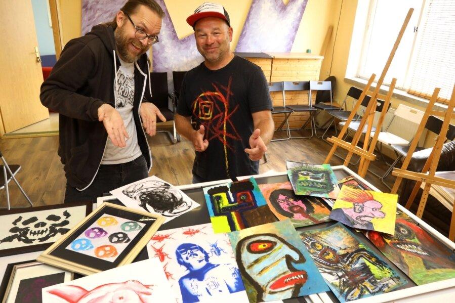 Tim Eichler (links) und Danny Fiegert malen zum Teil gruselig. Doch irgendwie hat alles durchaus Witz.