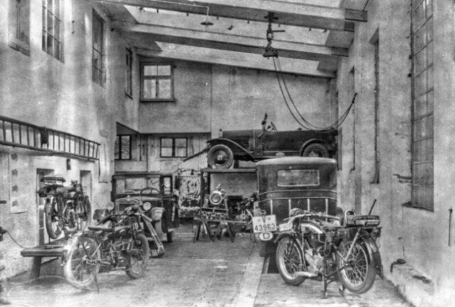 Ein paar Jahre später sah es in der Werkstatt so aus: Die einstige Bergschmiede ist zur Autowerkstatt geworden.
