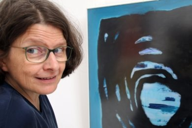 """""""In's Blaue"""" nennt sich das Bild, das Ausstellungsorganisatorin Sabine Lohmann am besten gefällt."""