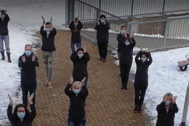 """Die Mitarbeiter des DRK-Kinderhorts """"AlberTina"""" in Hainichen tanzen dieJerusalema-Challenge."""