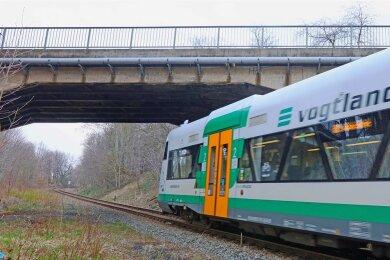 Die Brücke an der Reichenbacher Straße, unter der die Vogtlandbahn fährt, muss neu gebaut werden.