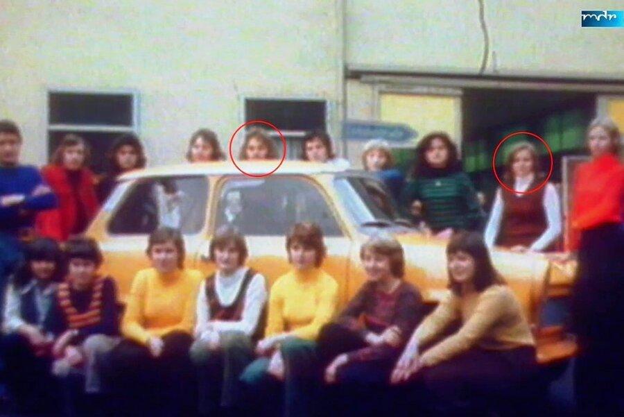 Diese 17 Personen fanden vor 45 Jahren im Trabant 601 Platz. Eingekreist sind Alona Niklisch, mit einem weißen Pullover und braunem Westover bekleidet, und Eberhard Ley.