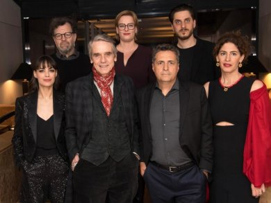 Die Internationale Jury der Berlinale:  Bérénice Bejo (l-r), Kenneth Lonergan, Jeremy Irons, Bettina Brokemper, Kleber Mendonca Filho, Luca Marinelli und Annemarie Jacir.