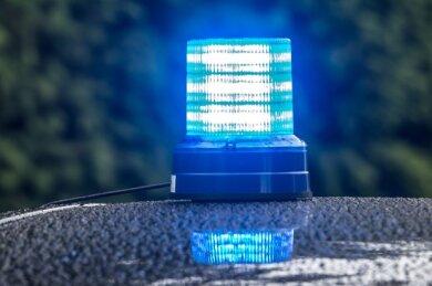 Am Samstag gegen 12.55 Uhr soll in Zwickau auf der Großen Biergasse ein Mann einen zweiten Mann mit einer Waffe bedroht und geschlagen haben.