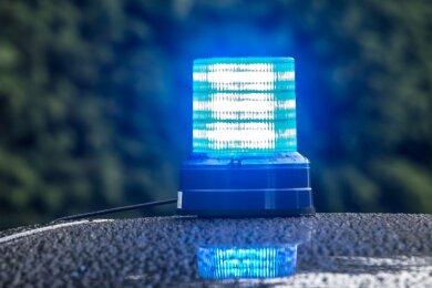 In Hohenstein-Ernstthal ist Zivilfahndern am Montag ein Mann ins Netz gegangen, der zuvor eine Frau mit einer Waffe bedroht haben soll.