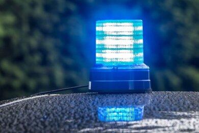 In der Nacht zum Sonntag haben unbekannte Täter einen Fahrkartenautomaten an der Kleinfriesener Straße im Plauener Ortsteil Kleinfriesen in die Luft gejagt.
