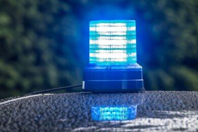 Rund 32.000 Euro Sachschaden und zwei Verletzte sind die Bilanz eines Verkehrsunfalls am Freitagvormittag am Autobahndreieck Hochfranken.