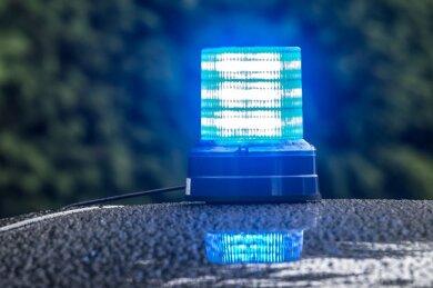In Plauen hat am Donnerstagnachmittag ein Mann einen Fahrkartenkontrolleur in einer Straßenbahn geschlagen und verletzt.