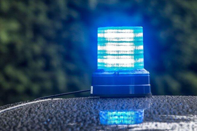 Crimmitschau: Betrunkener Autofahrer beschädigt Fahrzeuge und wählt Notruf