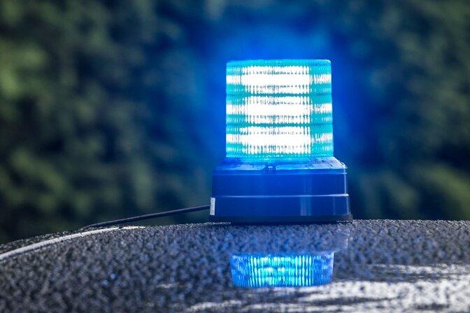Unbekannte greifen Helfer an - Polizei sucht Zeugen