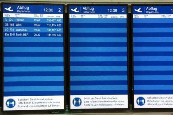 Nur vier Flüge sind auf den Bildschirmen auf dem Düsseldorfer Flughafen zu sehen.