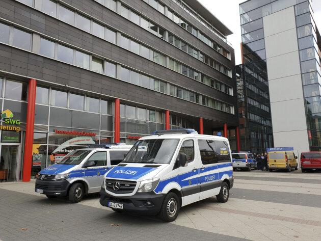 Polizeifahrzeuge vor dem Moritzhof in Chemnitz.